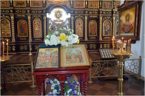 Богоявленский храм, центральный придел – перед началом Литургии (в Неделю 2-ю по Пятидесятнице, Всех Святых)