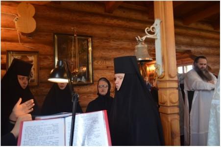 Дивеевские сестры помогают на архиерейском Богослужении